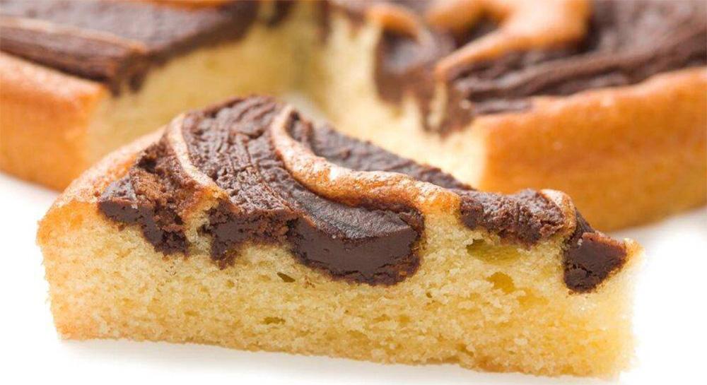 La torta bicolore al cioccolato senza burro, piacerà proprio a tutti. Solo 190 Kcal!
