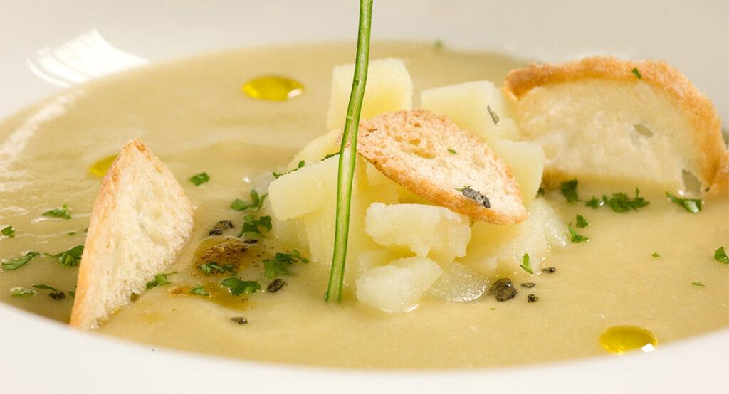 Zuppa di patate e cipolle, un primo piatto leggero e gustoso. Solo 380 Kcal!