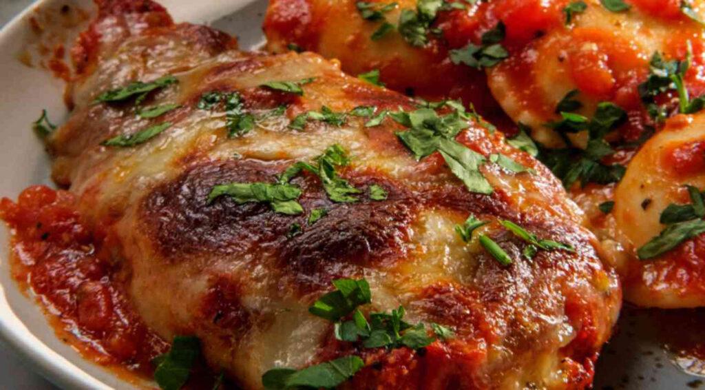 Pollo più gustoso? Cucinalo con pomodoro e mozzarella, piacerà a tutti. Solo 320 Kcal!