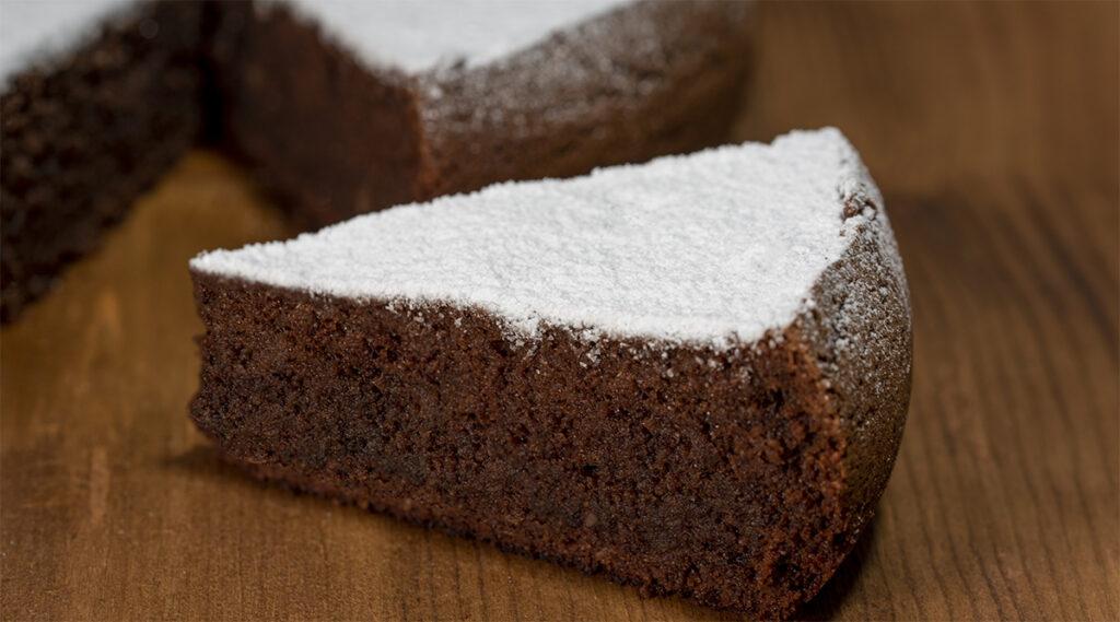 Torta cacao e mandorle velocissima senza burro, latte e uova. Solo 150 Kcal!