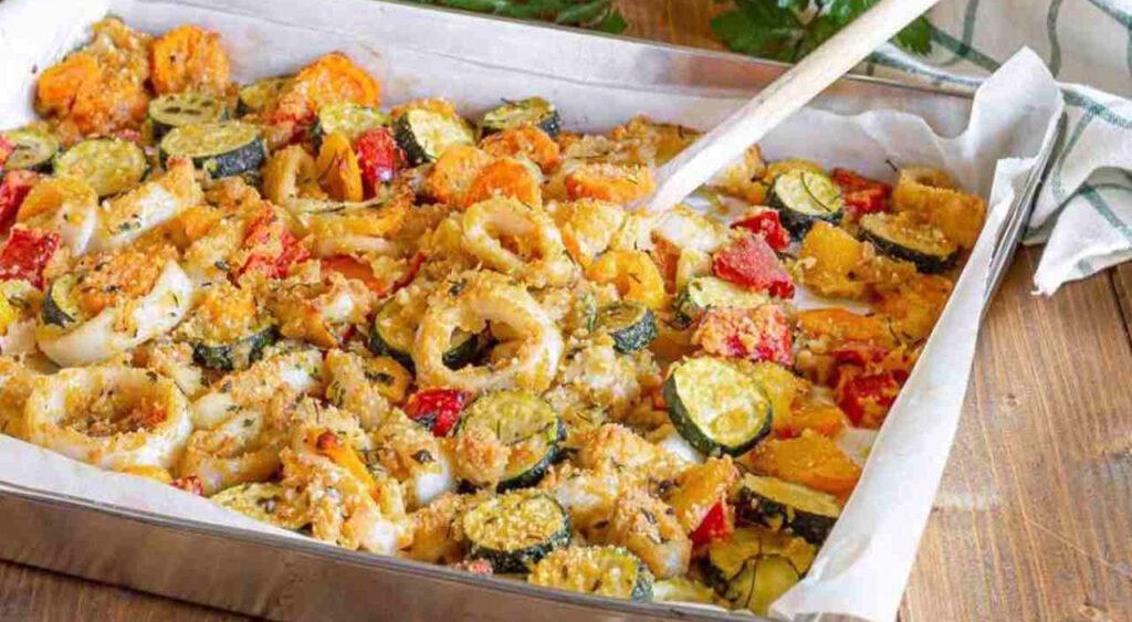 Gamberi e calamari gratinati con verdure, la ricetta light pronta al volo. Solo 260 Kcal!