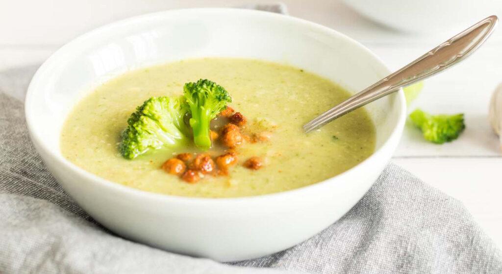 La zuppa di ceci e broccoletti leggerissima per chi vuole perdere peso. Solo 170 Kcal!
