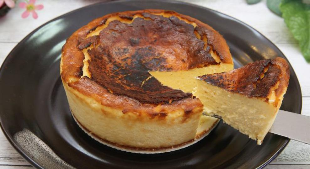 """La cheesecake basca, la """"torta bruciata"""" che sta spopolando sul web. Solo 160 Kcal!"""
