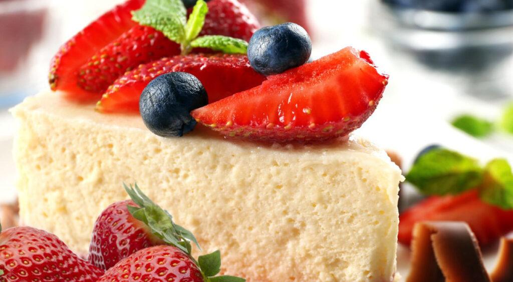 Cheesecake alle fragole light, il dolce che può essere mangiato a dieta. Solo 120 Kcal!