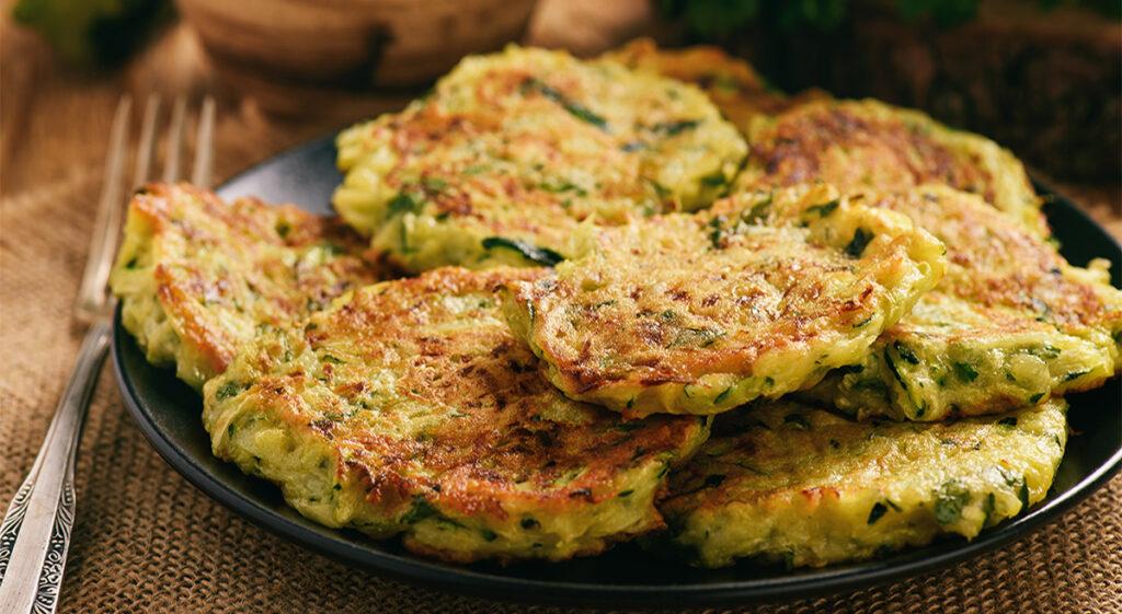 Frittelle di zucchine non fritte, una ricetta light e gustosa per chi è a dieta. Solo 65 Kcal!