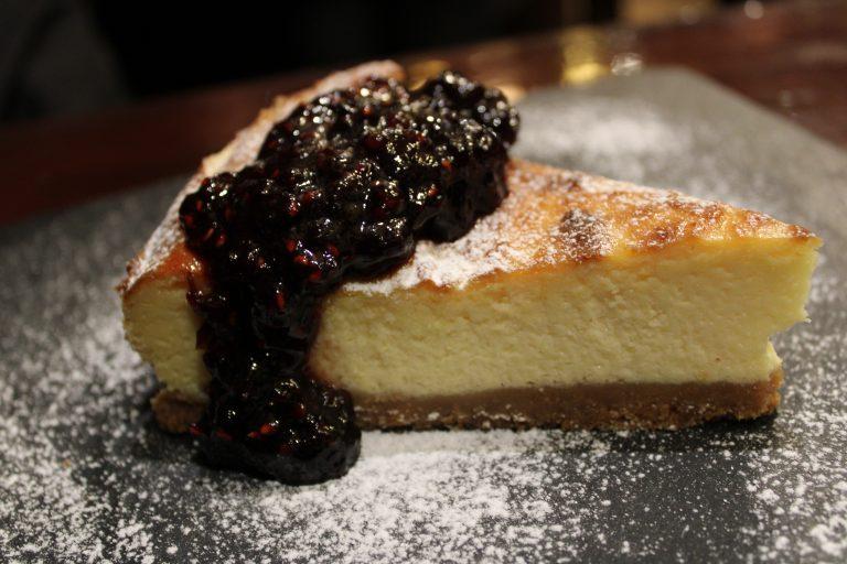 La torta di ricotta con crema di mirtilli e more, una delizia da gustare. Ha solo 170 Kcal!