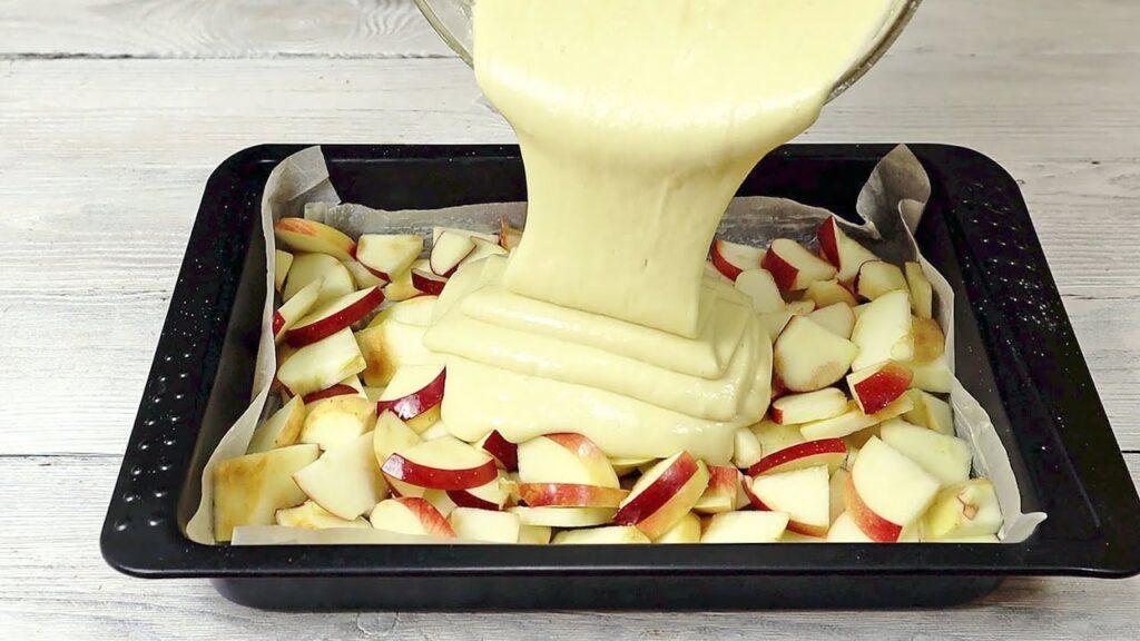 Metti le mele in una teglia e aggiungi l'impasto, la torta pronta in 5 minuti. Solo 140 Kcal!