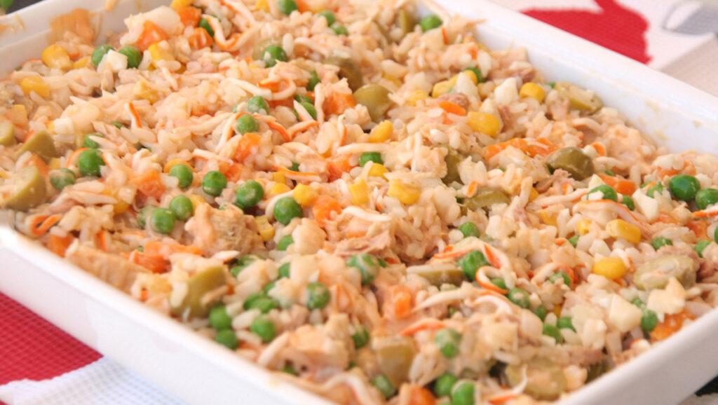 Un'insalata di riso così gustosa e leggera non l'avete mai provata. Ha solo 340 Kcal!