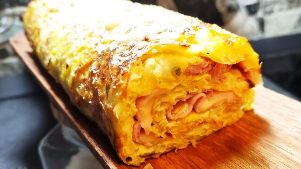 Grattugia le patate e prepara questo rotolo ripieno, è SENZA farina e burro. Ha solo 200 Kcal!