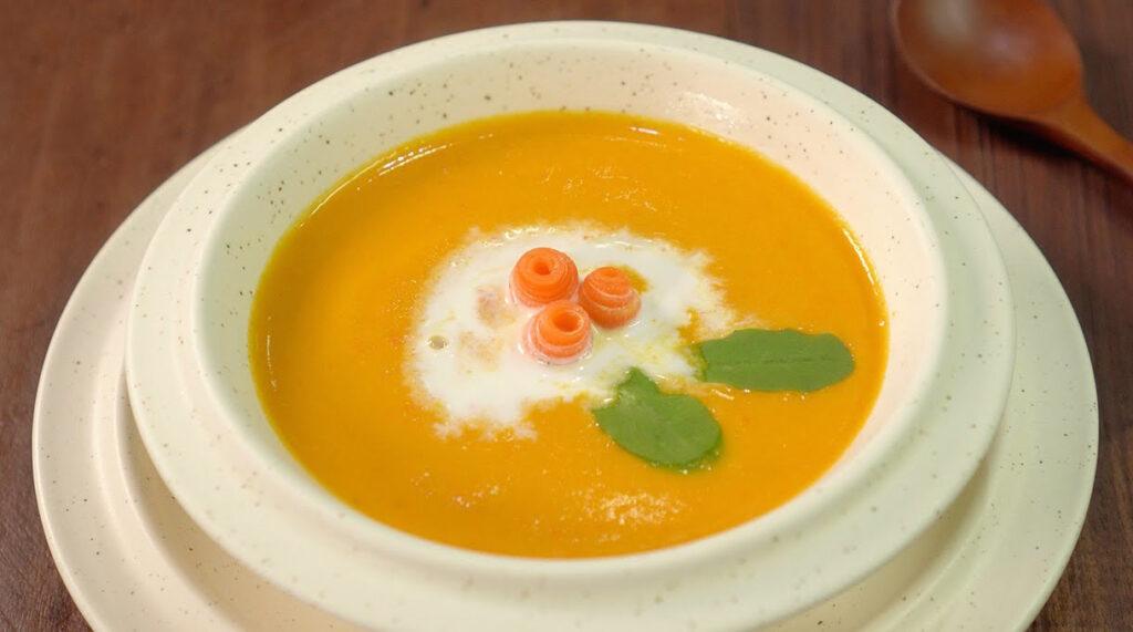 Zuppa di carote cremosissima detox, ottima per chi è a dieta e non solo. Ha 130 Kcal!
