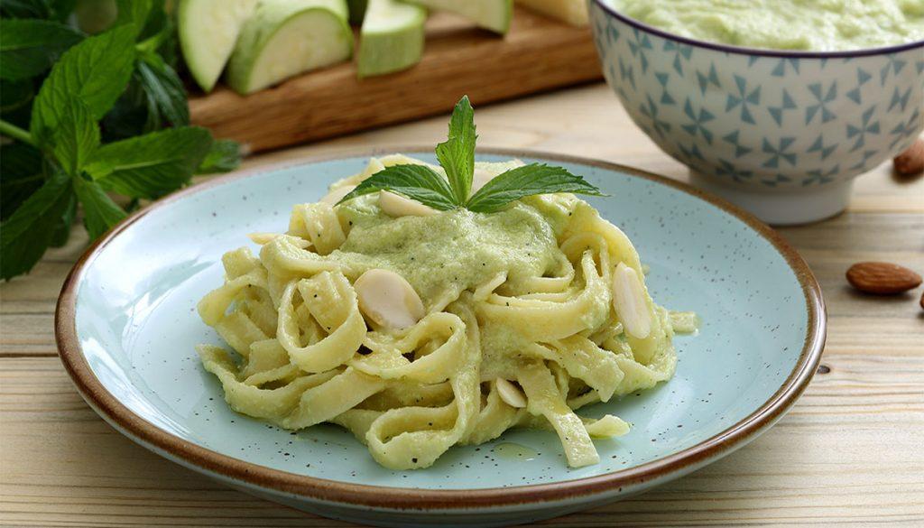 La pasta con crema di zucchine light cremosa, ma senza panna. Ha solo 380 Kcal!