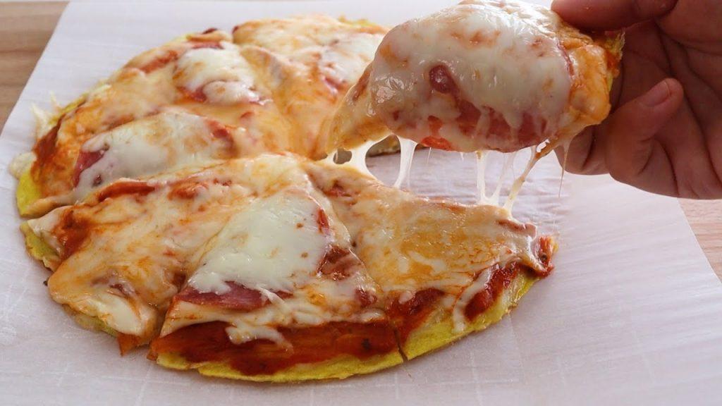 La pizza senza farina che si cuoce in padella in pochissimo tempo. Ha solo 130 Kcal!