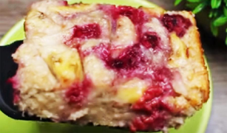 La torta ai fiocchi d'avena senza farina, burro e uova, solo frutta. Meno di 180 Kcal!