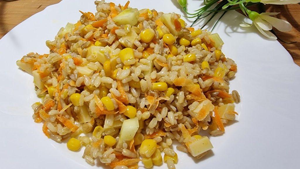 Quando non hai tempo, prepara questa insalata fredda di riso. Ha solo 280 Kcal!