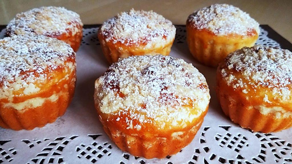 Muffin dolci all'albicocca al forno, per una colazione ricca e gustosa