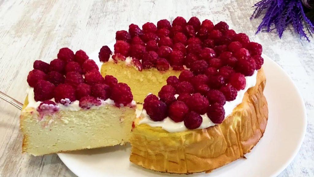 La torta cremosa ai lamponi e yogurt, per mantenersi in forma. Ha solo 180 Kcal!