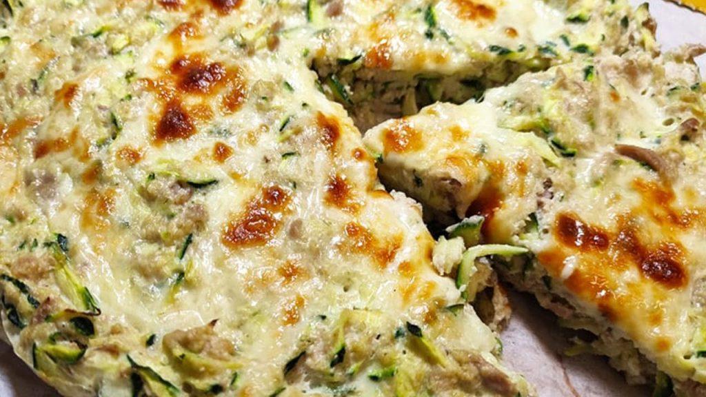 Per una cena veloce e dietetica, prepara questa torta salata di zucchine. Ha solo 130 Kcal!