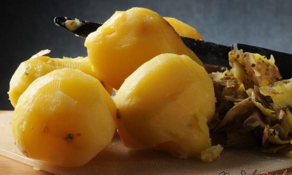 Il trucchetto per lessare le patate in soli 5 minuti, tagliate a cubetti o intere.