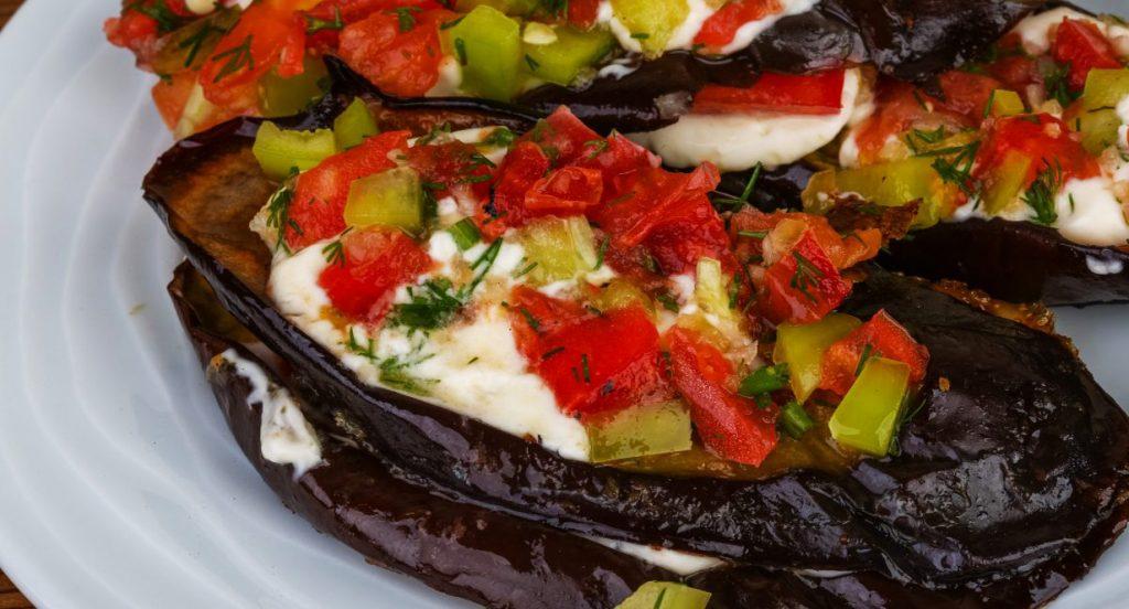 Le melanzane ripiene al forno di sole verdure, saporite e leggere. Solo 300 Kcal!