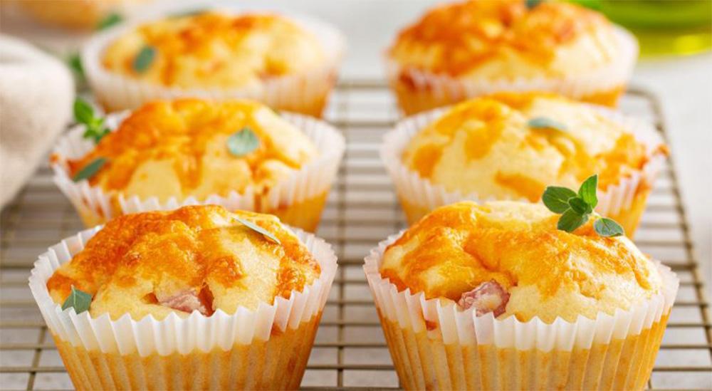 Muffin di prosciutto, patate e zucchine, un antipasto veloce e leggero. Solo 90 Kcal!