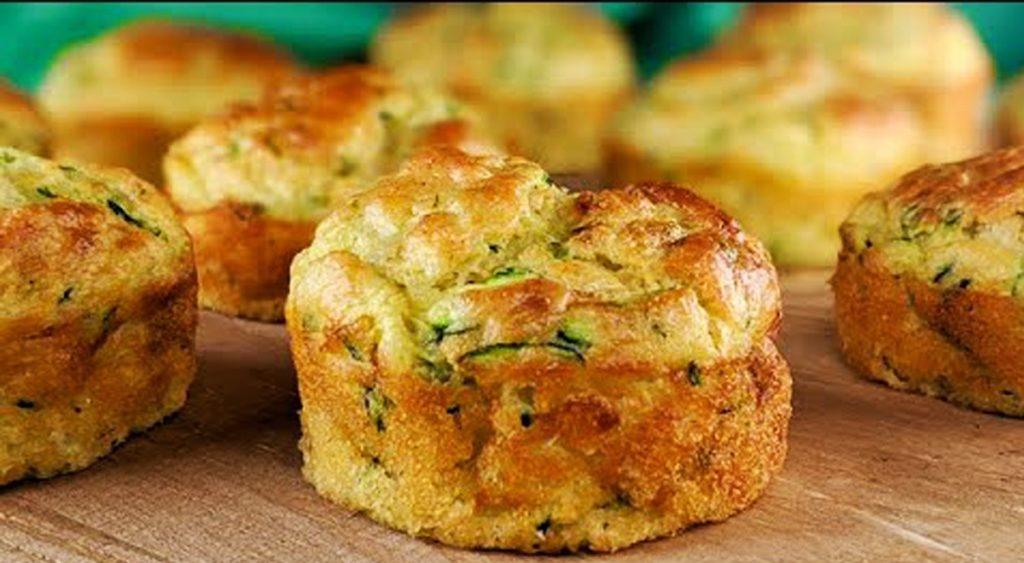 Muffin di zucchine e formaggio sofficissimi con poche calorie. Solo 75 Kcal!