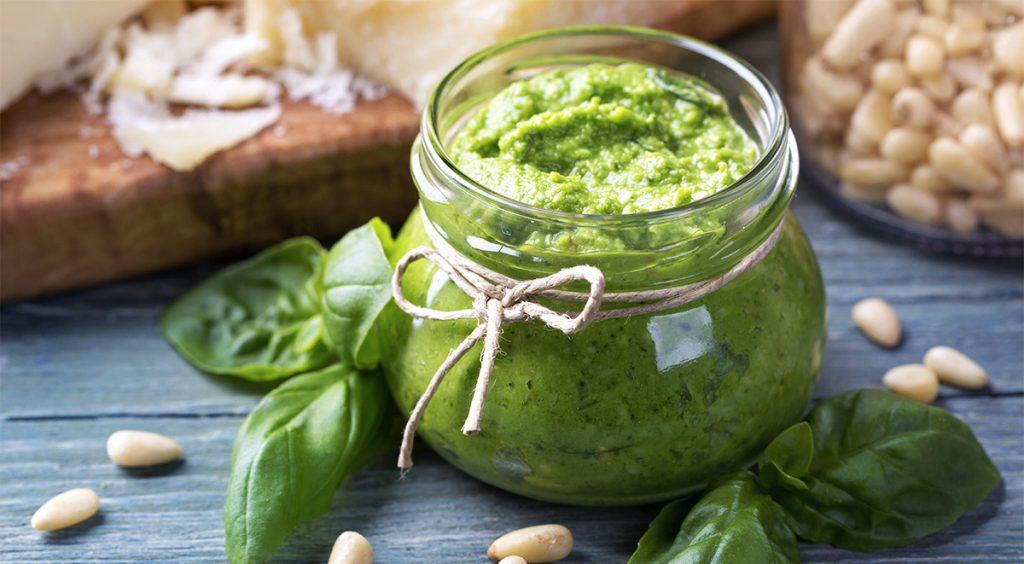 Il pesto di basilico senza olio e sale, ottima per condire la pasta a dieta. Ha solo 65 Kcal!