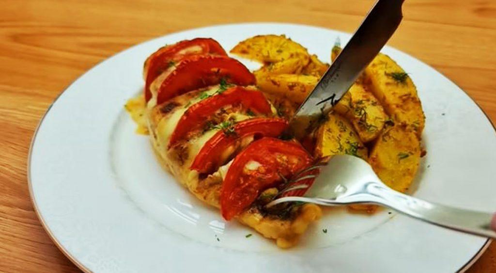 Petto di pollo al forno con patate, dietetico e gustoso. Ha solo 530 Kcal!