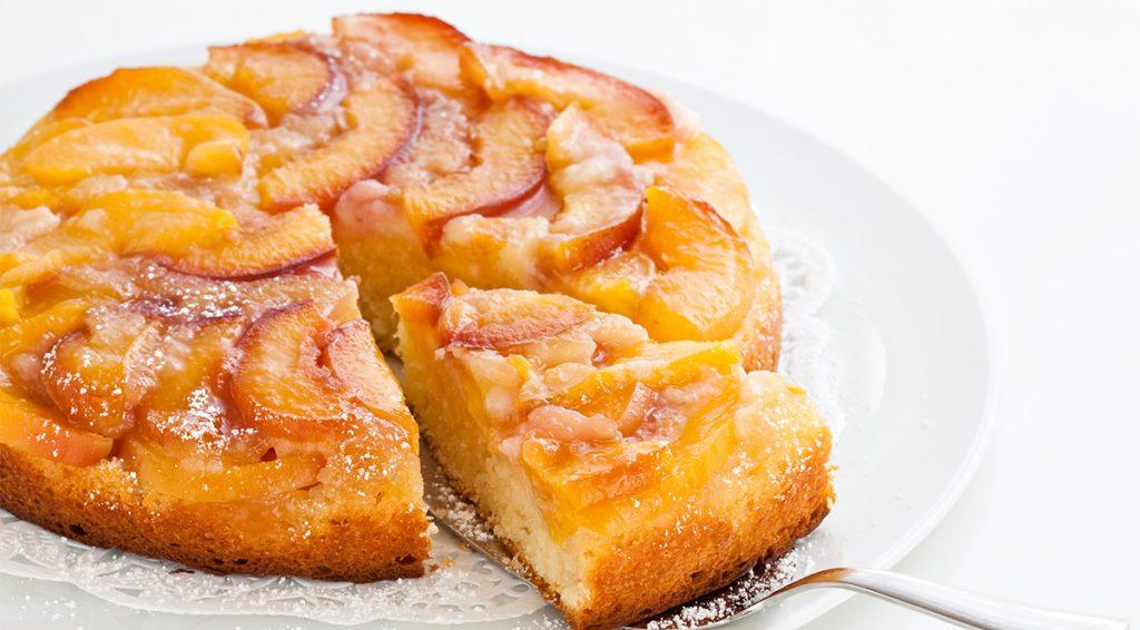 La torta di pesche allo yogurt sofficissima, dietetica senza burro né olio. Solo 160 Kcal!