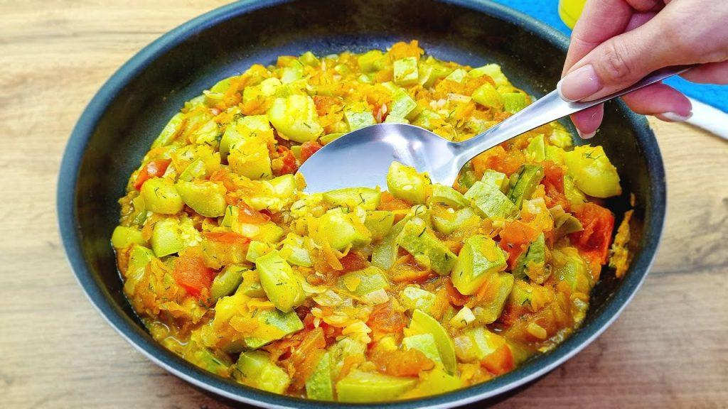 2 zucchine, 2 pomodori e la cena è pronta, ottima per perdere peso. Solo 90 Kcal!