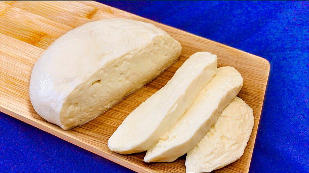 La mozzarella fatta in casa in soli 30 minuti, vi basterà del latte. Non la comprerete più!