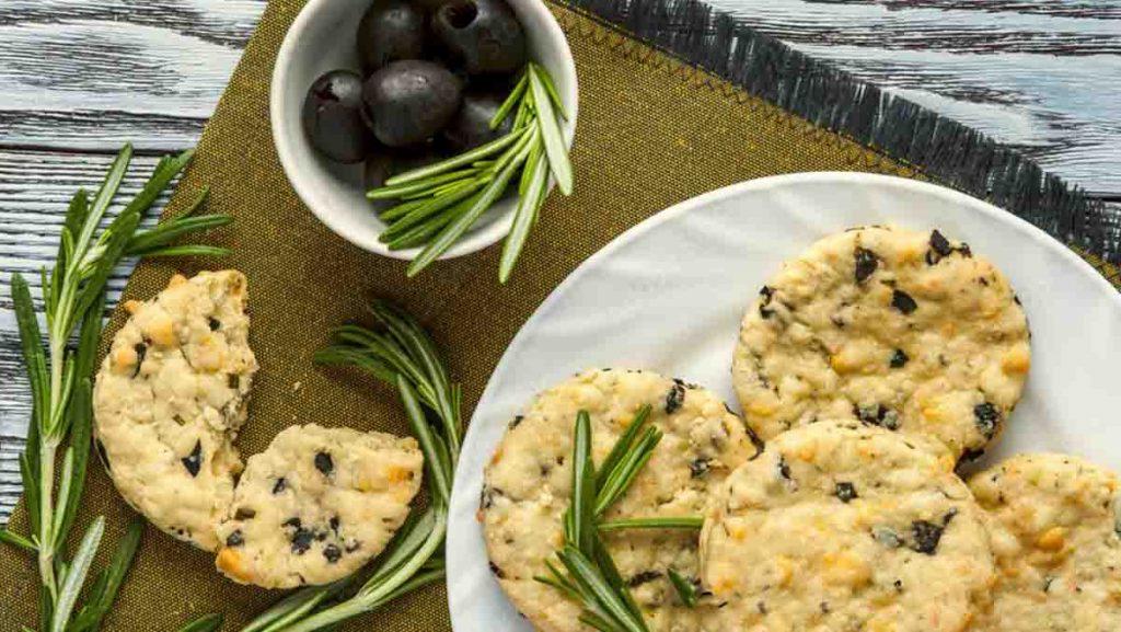 Biscotti olive e parmigiano, uno snack gustoso da gustare davanti la tv. Solo 50 Kcal!