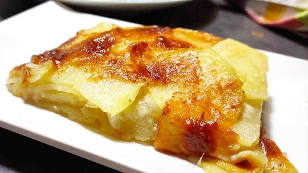 Metti tutto a crudo in teglia, patate, latte, formaggio e inforna. Una cena di sole 200 Kcal!