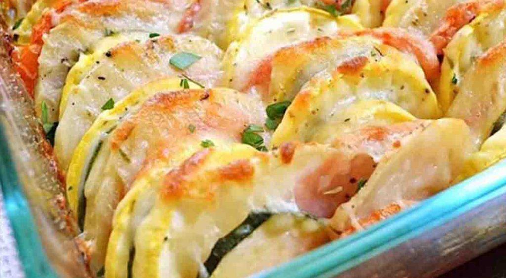 Patate alla lucana, mettete in teglia le verdure affettate e infornate. Solo 170 Kcal!