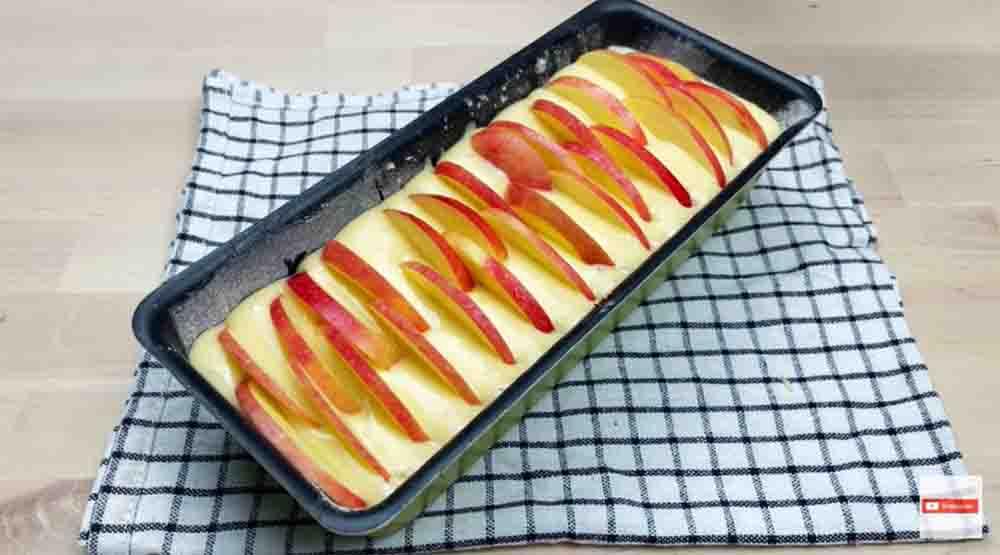 Metti l'impasto e le mele in uno stampo da plumcake e inforna, è buonissimo. Solo 155 Kcal!