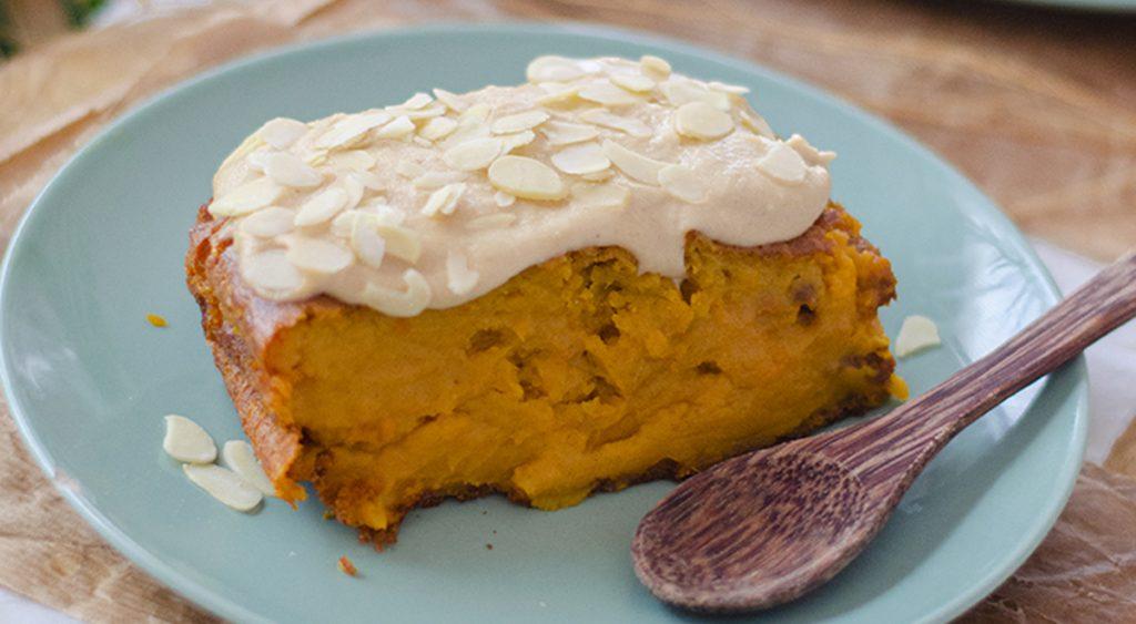 La torta di zucca cremosa, senza burro e uova con poche calorie. Solo 140 Kcal!