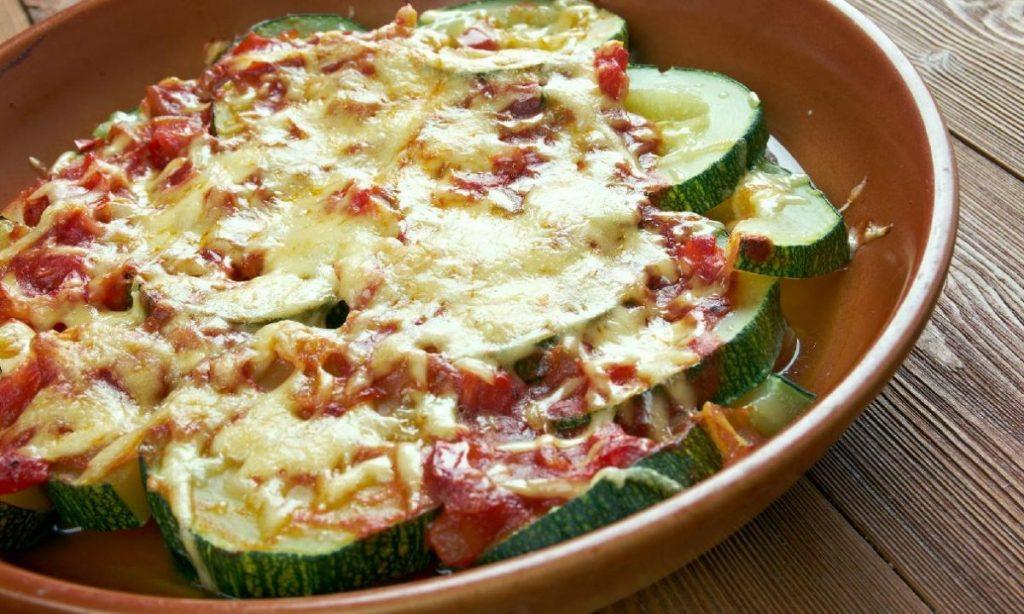 Zucchine alla pizzaiola, pochi ingredienti, sfiziose ma saporite. Solo 150 Kcal!